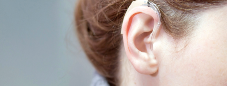 Ett öra med hörapparat.